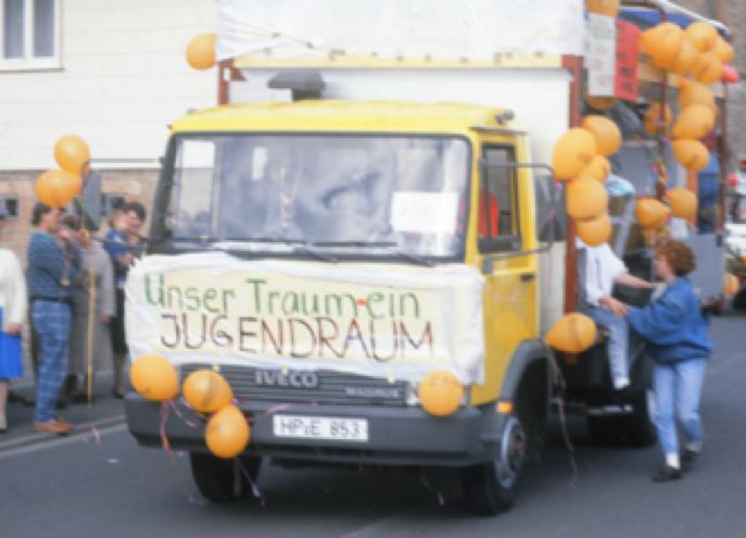 """Foto: Projekt """"Wir machen uns unsere eigenen Bilder!"""" (Wagen einer Jugendgruppe auf dem Kerwe-Umzug)"""
