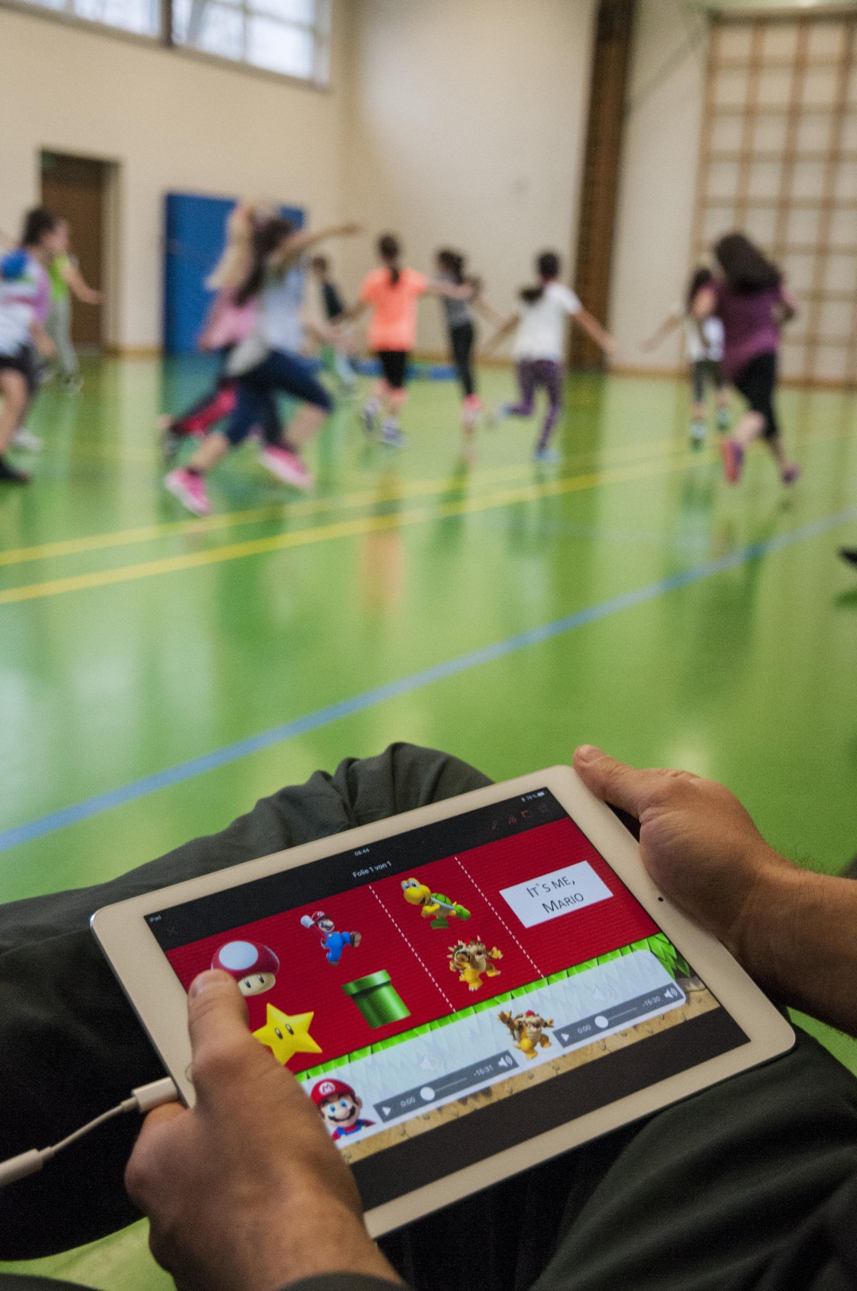 """Projekt """"Digitales Lernen Grundschule – Stuttgart/Ludwigsburg"""" (dileg-SL). Fotomotiv aus dem Teilprojekt """"Gaming im Sportunterricht – virtuelle Bewegungsräume schaffen reale Bewegungsanlässe"""" (Foto: dileg-SL)"""